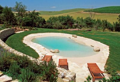 Na zahradě nabídne bazén případně koupací jezírko a