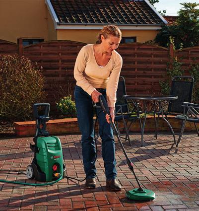 Terasu vyčistíme nejlépe pomocí vysokotlaké myčky snástavcem, který kombinuje proud vody skartáčem