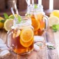 Vychlazeným čajem ochuceným bylinkami nebo pokrájeným ovocem navýšíte spotřebu tekutin během teplých letních dní.