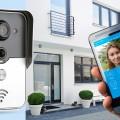 Současným trendem domovních zvonků je propojení s mobilními telefony, takže můžeme prostor přede dveřmi či bránou sledovat na dálku.