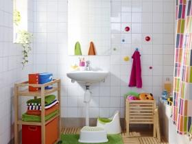 Bílou koupelnu oživí pestrý závěs, předložka a ručníky (IKEA).