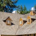 Šindelová střecha získá po nějaké době charakteristickou patinu, která sluší tradičním i moderním stavbám.