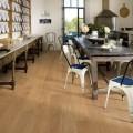 Věrně podané dřevěné dekory na různých typech podlahovin umožňují použití moderních lamel i uvnitř starých domů.