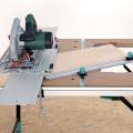 Promyšlené řešení dovoluje ze stolku vyjmout pilu včetně adaptéru pro vodicí lištu (Wolfcraft).