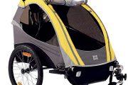 Dětský přívěsný vozík Burley je vybaven ochranou před deštěm i madlem a třetím kolečkem, které umožňují jet s vozíkem jako s kočárkem