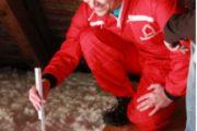 Pracovník IP Polná ukazuje klientovi nafoukanou vrstvu izolace