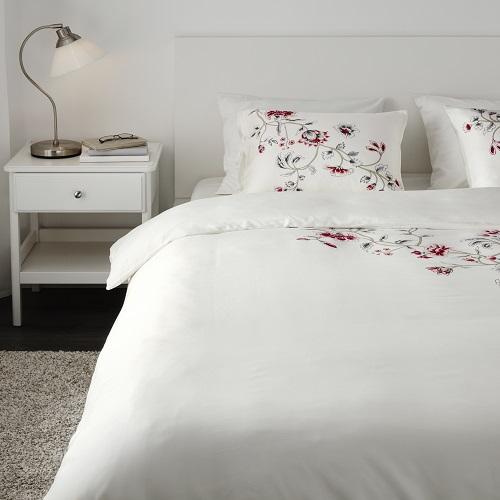 Povlečení RÖDBINKA je z čistého lyocellu, což je vlákno vyrobené z dřevěné buničiny (IKEA, 999 Kč)