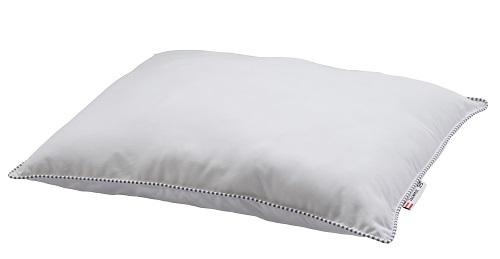 Výplň polštáře ÄRENPRIS (IKEA, 399 Kč) připomíná peří, ale je vyrobena z PET lahví