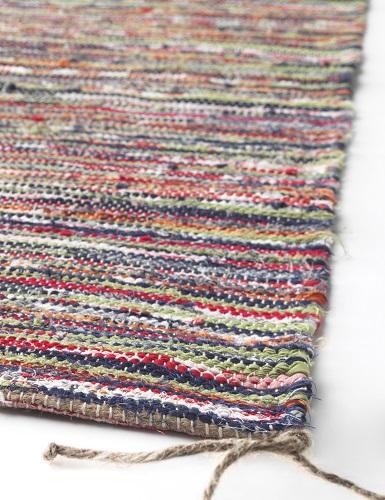 Koberce TÅNUM tkají zruční tkalci ze zbytků látek z výroby povlečení (IKEA, 349 Kč)