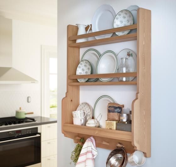 ad762fa0ddaf Polička umožňuje i uložení talířů a zavěšení utěrky a bylinek (IKEA)