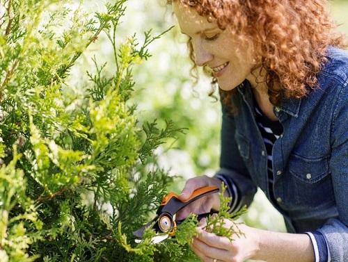 Zahradní dvoučepelové převodové nůžky Fiskars PowerGear X