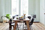 Ke stolu si může každý dát židli, jaká mu vyhovuje, např. dřevěnou s přírodním i umělým výpletem, koženou, čalouněné polokřesílko a koženou sedačku. Sjednocuje je výška opěradel a barevnost (Bonami)